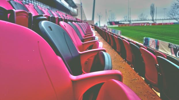 Plaststoler på tribune